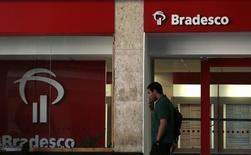 Homem passa em frente a agência do Bradesco no centro do Rio de Janeiro. 20/08/2014 REUTERS/Pilar Olivares