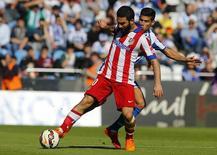 Arda Duran (esquerda), do Atlético de Madri, em disputa de bola com Juanfran Moreno, do Deportivo Coruña, em Coruña, na Espanha, em abril. 18/04/2015 REUTERS/Miguel Vidal