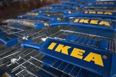 Тележки в магазине IKEA в Лондоне 28 января 2015 года. Крупнейший в мире продавец мебели шведская IKEA, владеющая 14 торговыми центрами в России, подписала соглашение с правительством Москвы об инвестировании до 2020 года в развитие в столице 50 миллиардов рублей и открытии на ее территории не менее трех семейных моллов. REUTERS/Neil Hall