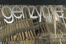 Une association de consommateurs a demandé aux autorités sanitaires américaines le retrait de l'autorisation de mise sur le marché du Seprafilm aux Etats-Unis et un rappel de cet implant chirurgical produit par une filiale de Sanofi, auquel elle impute des effets secondaires potientiellement mortels. /Photo d'archives/REUTERS/Brian Snyder