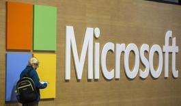 Посетитель на конференции Microsoft Ignite в Чикаго 4 мая 2015 года. Microsoft Corp, крупнейший в мире производитель программного обеспечения, планирует в среду объявить о новых сокращениях персонала в попытке снизить расходы, пишет New York Times. REUTERS/Jim Young