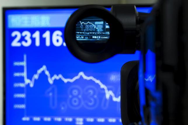 7月8日、中国が大量保有株主の株式売却を半年間禁止。株価指数の推移を示す電光掲示板(2015年 ロイター/Tyrone Siu)