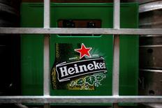 Una caja plástica con botellas vacías de cerveza Heineken, afuera de un restaurant en Singapur, 29 de agosto de 2012. El grupo cervecero y embotellador chileno CCU reportó el miércoles un alza interanual del 8,6 por ciento de sus volúmenes preliminares de ventas del segundo trimestre de este año. REUTERS/Tim Chong