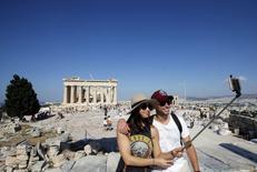 Casal de tursistas no Partenon, em Atenas  2/2/2015 REUTERS/Jean-Paul Pelissier