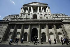 Peatones pasan junto al Banco de Inglaterra en Londres, el 15 de mayo de 2014. El Banco de Inglaterra (BoE) mantuvo sus tasas de interés en mínimos récord una vez más el jueves, en momentos en que sus autoridades tratan de resolver cómo equilibrar una mejora en los aumentos salariales en Gran Bretaña y las señales más ominosas de la economía global. REUTERS/Luke MacGregor