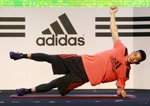 NBA player Jeremy Lin of Los Angeles Lakers demonstrates his training during a promotional event as part of his Asia tour in Taipei, Taiwan, June 29, 2015.  REUTERS/Pichi Chuang