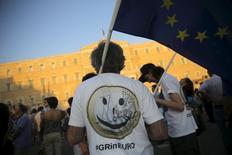 Um manifestante usa camiseta em favor da manutenção da Grécia na zona do euro. 09/07/2015 REUTERS/Alkis Konstantinidis