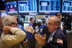 Operadores trabajando en la Bolsa de Nueva York, 9 de julio de 2015. Las acciones subían el viernes en la bolsa de Nueva York aunque retrocedían ligeramente desde máximos de sesión después de que la presidenta de la Reserva Federal dijo que espera que la Fed eleve las tasas de interés en algún momento del año, aunque expresó su preocupación porque el mercado laboral sigue débil. REUTERS/Lucas Jackson