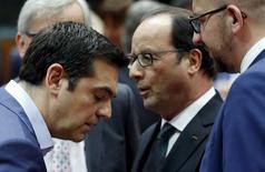 Le Premier ministre grec Alexis Tsipras et François Hollande, à Bruxelles, aux côtés du Premier ministre belge Charles Michel (à droite). Des désaccords persistaient entre les négociateurs de la zone euro et la Grèce sur les modalités d'un nouveau plan de sauvetage du pays à quelques heures de l'ouverture des marchés financiers européens alors qu'un porte-parole du président du Conseil européen Donald Tusk annonçait peu auparavant qu'une proposition de compromis était sur la table. Un responsable du gouvernement grec a notamment rapporté qu'il existait toujours des divisions sur le rôle du Fonds monétaire international et sur les modalités des privatisations.  /Photo prise le 12 juillet 2015/REUTERS/François Lenoir