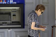 Mulher após sacar dinheiro em Iraklio, na Grécia.  08/07/2015   REUTERS/Stefanos Rapanis