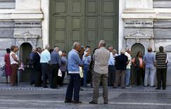 Очередь в отделение банка National Bank в Афинах. 29 июня 2015 года. Греческие банки, не работающие две последних недели, будут закрыты еще некоторое время, сообщил в понедельник чиновник министерства финансов Греции, не уточнив, когда банки откроются. REUTERS/Alkis Konstantinidis