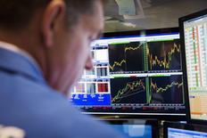 Трейдер на фондовой бирже в Нью-Йорке. 13 июля 2015 года. Фондовые рынки США выросли в понедельник благодаря договоренности Греции с кредиторами. REUTERS/Lucas Jackson