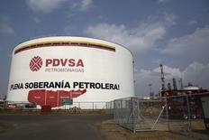 Un tanque de petróleo de la estatal venezolana PDVSA, en el complejo industrial José Antonio Anzoategui, en el estado de Anzoategui, 15 de abril de 2015. La estatal Petróleos de Venezuela compró dos cargamentos de 1 millón de barriles cada uno de crudo nigeriano a Royal Dutch Shell en el último mes para usarlos como diluyentes para su petróleo extrapesado, dijeron a Reuters operadores. REUTERS/Carlos Garcia Rawlins