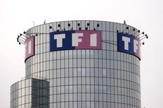 TF1 (-3,07% à 15,95 euros vers 13h00) accuse la plus forte baisse du SBF 120 à la mi-séance. Deutsche Bank a abaissé son conseil de conserver à vendre sur le titre du groupe de télévision avec un objectif de cours inchangé à 12 euros. /Photo d'archives/REUTERS/Charles Platiau