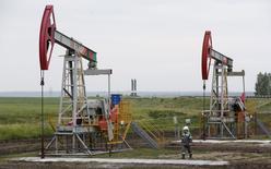 Unidades de bombeo de crudo en el pozo Buzovyazovskoye de Bashneft en Ufa, Rusia, jul 11 2015. Los precios del petróleo subían cerca de un 1 por ciento el martes, recuperándose de pérdidas anteriores en la sesión luego que se volvió evidente que un acuerdo nuclear entre Teherán y seis potencias mundiales no removerá inmediatamente las sanciones que limitan las exportaciones de crudo iraní.  REUTERS/Sergei Karpukhin