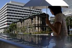 Siège de la Banque du Japon à Tokyo. La BoJ a reconduit mercredi sa politique monétaire et maintenu son scénario d'une accélération de l'inflation tout en réduisant légèrement sa prévision de croissance pour tenir compte de la faiblesse relative des exportations et des dépenses des ménages. /Photo prise le 15 juillet 2015/REUTERS/Yuya Shino