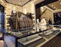 Сумка Burberry в магазине Пекина 29 ноября 2013 года. Британский ритейлер одежды и аксессуаров премиум-класса Burberry в среду сообщил о росте базовой розничной выручки на 8 процентов в первом квартале, однако этот темп замедлился по сравнению с предыдущим периодом, отразив ухудшение на рынке Гонконга. REUTERS/Kim Kyung-Hoon