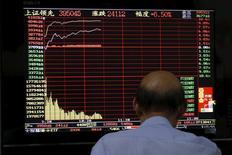 Инвестор в брокерской конторе в Шанхае. 10 июля 2015 года. Фондовый рынок Китая снизился в среду после кратковременного подъема, вызванного поддержкой правительства, и вопреки неожиданно высоким показателям китайской экономики. REUTERS/Aly Song