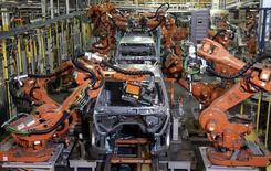Brazos robóticos soldando un automóvil, en la planta de ensamblaje Warren Truck, en Warren, Michigan, 12 de septiembre de 2008. La actividad manufacturera en el estado de Nueva York mejoró en julio, repuntando desde un mínimo de más de dos años ante una modesta mejoría en el panorama empresarial, mostró el miércoles un sondeo de la Reserva Federal de Nueva York. REUTERS/Rebecca Cook