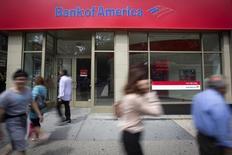 Логотип Bank of America в Нью-Йорке. 21 августа 2014 года. Bank of America Corp, второй крупнейший американский банк по активам, получил во втором квартале самую большую прибыль почти за четыре года благодаря росту доходов ипотечного банка и снижению расходов. REUTERS/Carlo Allegri