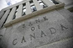 Здание Банка Канады в Оттаве. 30 июля 2009 года. Банк Канады в среду снизил ключевую ставку на 0,25 процентного пункта, до 0,5 процента годовых, заявив, что неожиданное сокращение экономики в первом полугодии дополнило избыточную производственную мощность и оказывает понижательное давление на инфляцию. REUTERS/Chris Wattie
