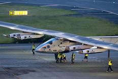 Avião movido a energia solar Solar Impulse 2 no aeroporto de Nagoya, no Japão.  23/06/2015  REUTERS/Thomas Peter