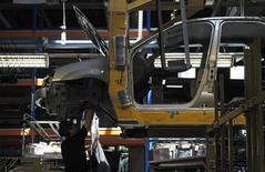 Цех по сборке Renault Logan на заводе в Москве. 15 мая 2012 года. Производство легковых автомобилей в РФ в первом полугодии 2015 года снизилось на 24,4 процента до 679.000 штук, сообщил Росстат в среду. REUTERS/Maxim Shemetov