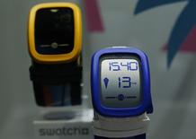 Часы Swatch Touch Zero One. Коргемон, 12 марта 2015 года. Чистая прибыль швейцарского производителя часов Swatch Group упала почти на 20 процентов в первом полугодии 2015 года из-за сильного франка и отрицательной процентной ставки. REUTERS/Denis Balibouse