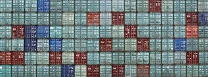 Контейнеры в порту Сиднея. 3 мая 2011 года. Крупнейший в РФ железнодорожный контейнерный оператор Трансконтейнер сократил перевозки грузов в первом полугодии 2015 года на 3,5 процента до 692.100 TEU (эквивалент двадцатифутового контейнера), сообщила компания в четверг. REUTERS/Tim Wimborne