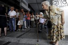Pensionistas em fila de banco na cidade de Thessaloniki, na Grécia.   10/07/2015   REUTERS/Alexandros Avramidis