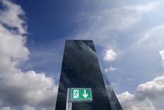 Штаб-квартира ЕЦБ во Франкфурте-на-Майне. 15 июля 2015 года. Европейский центробанк в четверг оставил ключевую ставку на прежнем уровне, продолжая осуществлять программу скупки облигаций для поддержки экономики. REUTERS/Kai Pfaffenbach