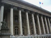 La Bourse de Paris devrait poursuivre vendredi sa progression, à un rythme plus modéré après sept séances consécutives de hausse. Vers 08h15, le contrat à terme sur l'indice CAC 40 échéance juillet, qui expire ce vendredi, avance de 0,19% dans l'attente du vote du Bundestag qui devrait largement approuver le plan d'aide à Athènes. /Photo d'archives/REUTERS