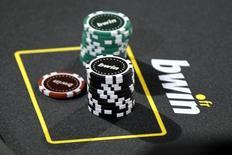 La société britannique de jeux en ligne 888 Holdings a annoncé vendredi le rachat de sa concurrente Bwin.Party Digital Entertainment pour environ 898 millions de livres sterling (1,3 milliard d'euros). /Photo d'archives/REUTERS/Charles Platiau