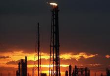 Imagen de archivo de una refinería en el Golfo de México cerca de Houston, EEUU, sep 12 2008. Las refinerías estadounidenses del Golfo de México, que han disfrutado de un buen momento en los últimos cinco años, tendrían que prepararse para tiempos difíciles en los próximos meses. REUTERS/Carlos Barria