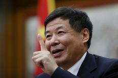 El viceministro de Finanzas de China, Zhu Guangyao, gesticula durante una entrevista con Reuters en la embajada de China en Londres, Gran Bretaña, el 18 de julio de 2015. China debe aprender las lecciones de un reciente desplome bursátil, dijo Zhu el sábado, e indicó la intención de enfocarse en la supervisión y el desarrollo de nuevos marcos de trabajo para poder enfrentar mejor cualquier turbulencia futura en los mercados.  REUTERS/Stefan Wermuth - RTX1KTKT