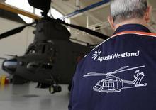Сотрудник AugustaWestland в ангаре в Верджате, Италия 13 марта 2015 года. Крупнейшая в РФ нефтекомпания Роснефть стала владельцем 30-процентной доли в совместном предприятии HeliVert, собирающем в РФ итальянские вертолеты AgustaWestland, сообщили партнеры в понедельник. REUTERS/Giorgio Perottino