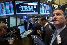 International Business Machines (IBM) fait état de la treizième baisse d'affilée de son chiffre d'affaires trimestriel, les performances du géant informatique américain étant affectées à la fois par la cession d'activités à faible rentabilité et par la vigueur du dollar. Sur les trois mois à fin juin, le chiffre d'affaires s'est établi à 20,81 milliards de dollars (19,2 milliards d'euros) contre 24,05 milliards au deuxième trimestre 2014. /Photo d'archives/REUTERS/Brendan McDermid