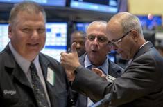 Трейдеры на фондовой бирже в Нью-Йорке. 20 июля 2015 года. Фондовые рынки США выросли в понедельник благодаря хорошим квартальным показателям компаний, во многих случаях превзошедшим прогнозы аналитиков. REUTERS/Brendan McDermid
