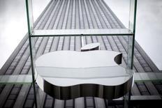 Apple a enregistré au troisième trimestre une hausse de 32,5% de son chiffre d'affaires, grâce à un bond de 35% des ventes d'iPhones. Le groupe à la pomme dit avoir vendu 47,5 millions d'iPhones, réalisant un chiffre d'affaires global de 49,61 milliards de dollars contre 37,43 milliards. /Photo prise le 21 juillet 2015/REUTERS/Mike Segar