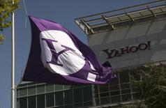 Флаг с логотипом Yahoo у центрального офиса компании в Саннивейле, Калифорния, 16 апреля 2013 года. Yahoo Inc опубликовала квартальный прогноз, оказавшийся ниже ожиданий аналитиков, на фоне продолжающихся попыток компании оживить ключевой бизнес онлайн-рекламы и трат на привлечение трафика на свои веб-сайты. REUTERS/Robert Galbraith
