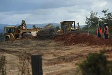 Homens trabalham na expansão da Estrada de Ferro Carajás, em foto de arquivo. 30/05/2012 REUTERS/Lunae Parracho