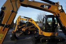 Caterpillar, numéro un mondial des engins de terrassement et de matériel minier, abaisse d'un milliard de dollars sa prévision de chiffre d'affaires pour l'ensemble de l'année 2015, désormais vu à environ 49 milliards de dollars (44,6 milliards d'euros). /Photo d'archives/REUTERS/Jessica Rinaldi