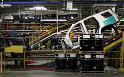 Линия сборки на заводе General Motors в Арлингтоне 9 июня 2015 года. Американский автопроизводитель General Motors Co сообщил в четверг об удвоении прибыли во втором квартале благодаря высоким заработкам от продаж грузовиков в Северной Америке и продолжающемуся усилению позиций в Китае. REUTERS/Mike Stone