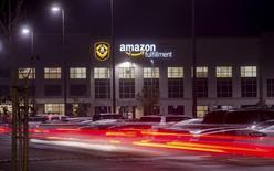 Imagen de archivo de un centro de Amazon en Tracy, EEUU, nov 30 2014. Amazon.com registró una inesperada ganancia trimestral apoyada en mayores ventas en América del Norte, su popular servicio de suscripción Prime y la creciente demanda de sus servicios web, lo que hizo que las acciones de la firma de comercio electrónico escalaran más de un 17 por ciento. REUTERS/Noah Berger