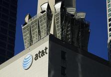AT&T publie des résultats en baisse mais supérieurs aux attentes pour le deuxième trimestre, grâce au recrutement de nouveaux clients tant pour ses services pré que post-payés. /Photo d'archives/REUTERS/Mike Blake