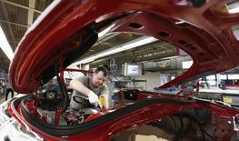 Un trabajador ensambla un coche Porsche 911 sports en la fábrica de Porsche en Stuttgart-Zuffenhausen, el 10 de marzo de 2015. La actividad empresarial de la zona euro comenzó la segunda mitad del año con menos fuerza que la esperada, incluso con una reducción persistente de precios, ya que la debilidad del euro no logró impulsar las exportaciones, mostró una encuesta el viernes. REUTERS/Michaela Rehle