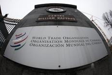 El logo de la Organización Mundial del Comercio (OMC) en la entrada de la sede del organismo en Ginebra, 9 de abril de 2013. Miembros de la Organización Mundial del Comercio (OMC) sellaron el viernes un acuerdo para reducir un billón de dólares en aranceles a productos de tecnología de la información, lo que representará un impulso para los productores de bienes que van desde videojuegos a equipos médicos. REUTERS/Ruben Sprich