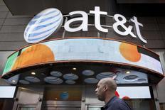 Un hombre camina junto a una tienda de AT&T en Times Square, Nueva York, el 17 de junio de 2015. La propuesta de compra de AT&T Inc por 48.500 millones de dólares para adquirir DirecTV superó su última barrera regulatoria después que el jueves la Comisión Federal de Comunicaciones de Estados Unidos votó en favor de la fusión, dijeron personas familiarizadas con la decisión. REUTERS/Brendan McDermid