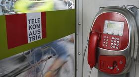 Una cabina telefónica de Telekom Austria en Viena, mayo 8 2014. Telekom Austria nombró el viernes a su director de operaciones, Alejandro Plater, como su nuevo presidente ejecutivo, casi dos meses después de que Hannes Ametsreiter dejara la compañía para asumir el mando en Vodafone Germany. REUTERS/Leonhard Foeger