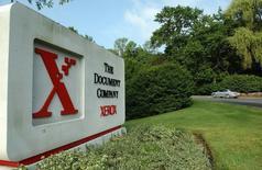 Логотип Xerox у штаб-квартиры компании в Стэмфорде, Коннектикут 28 июня 2002 года. Расходы на реструктуризацию негативно отразились на прибыли Xerox Corp во втором квартале, сообщила компания в пятницу. REUTERS/Chip